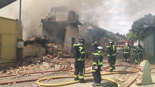 Los bomberos calculan que el incendio de la Cañada se extinguirá en tres horas
