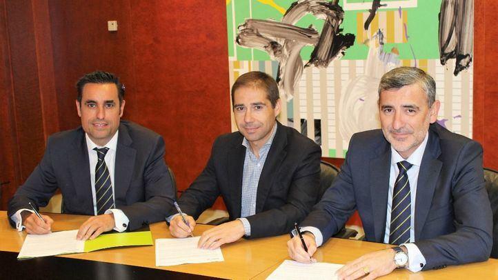 De izquierda a derecha, Manuel Trapero, director de Zona Madrid Centro; Juan Villén, responsable de idealista hipotecas; y Manuel Ortega, director de la Red Agencial de Bankia