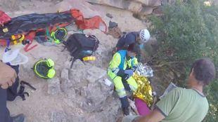 Momento en el que el SUMMA y GERA acuden a rescatar a la escaladora accidentada.
