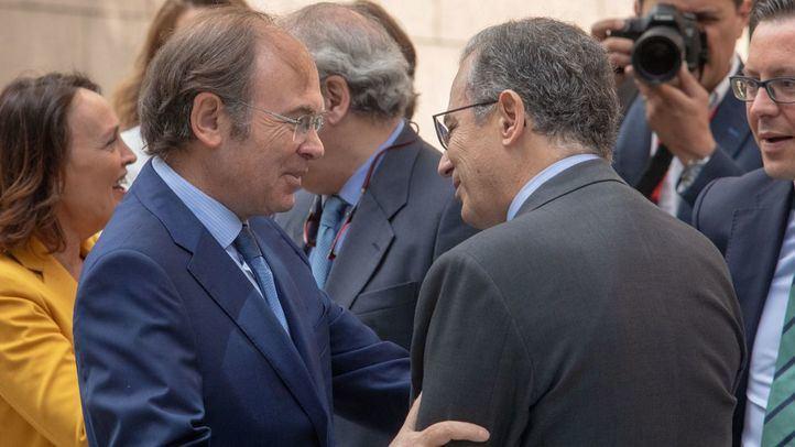 Pío García-Escudero, presidente del Senado y presidente de la gestora del PP de Madrid, saluda a Enrique Ossorio, portavoz del PP en la Asamblea de Madrid.