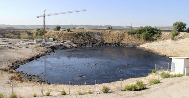 Tres años más para extraer el residuo de la 'laguna del aceite'