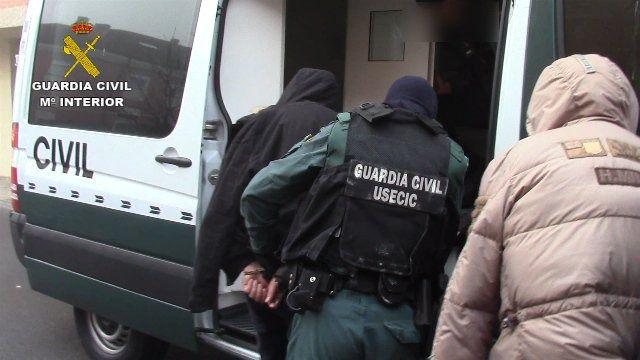 Efectivos de la Guardia Civil en un operativo de detención; foto de archivo.