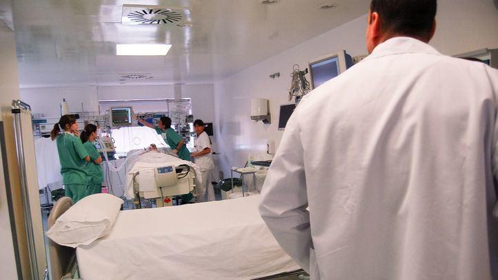 Médicos y sanitarios atendiendo a un enfermo de cáncer.