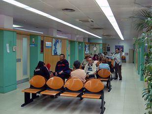 Gente pacientes esperando en un Centro de Salud Ambulatorio medico de familia o cabecera