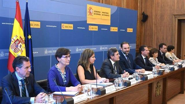 Reunión entre Fomento y las comunidades autónomas para tratar el conflicto del taxi.