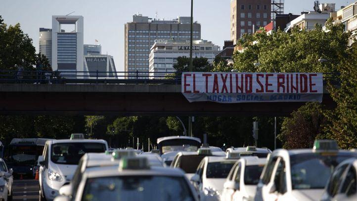 Los taxistas colapsan el paseo de la Castellana durante su huelga indefinida.