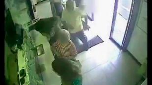 Momento de la agresión, captado por las cámaras de seguridad de un establecimiento