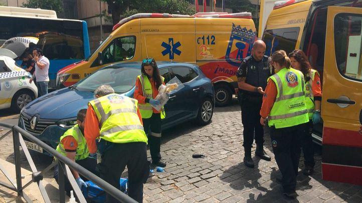 Un motorista sufre importantes heridas faciales al impactar contra un bordillo en Castellana