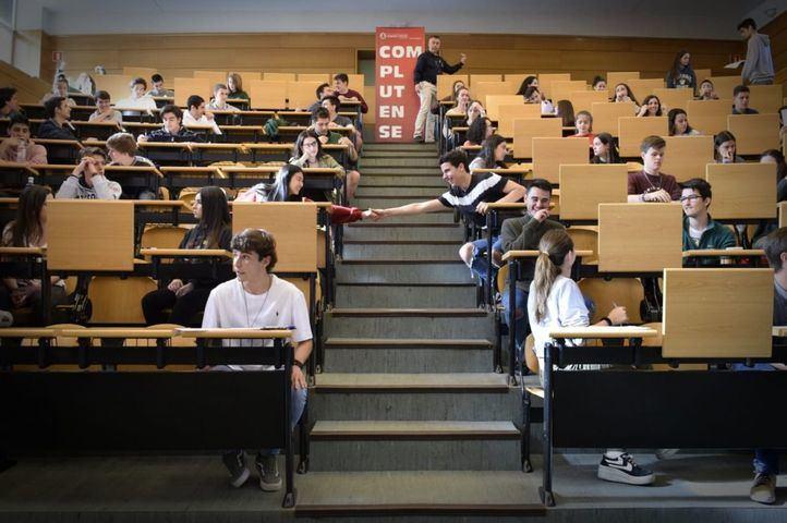 Alumnos podrán solicitar becas para estudiar en el extranjero.