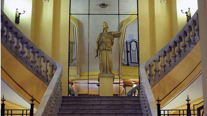 Círculo de Bellas Artes, uno de los primeros tramos de escaleras con escultura en el centro.