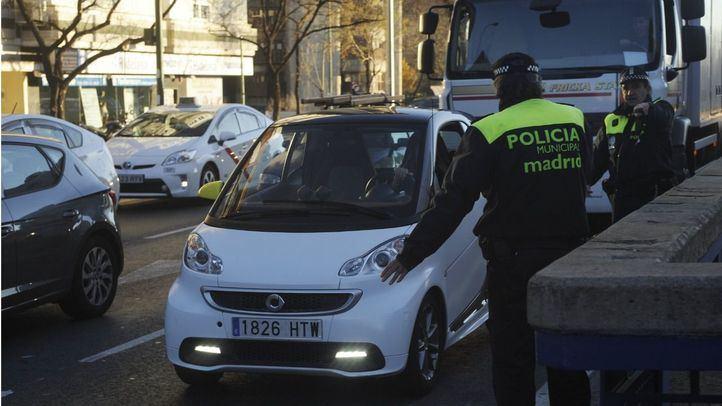 Agentes de la Policía Municipal prohíben el acceso a vehículos en Avenida de América.