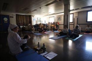 Risoterapia, yoga y churros para los mayores dependientes madrileños