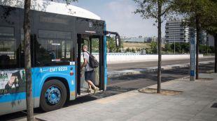 Esperar el bus a la intemperie: Valdebebas pide marquesinas
