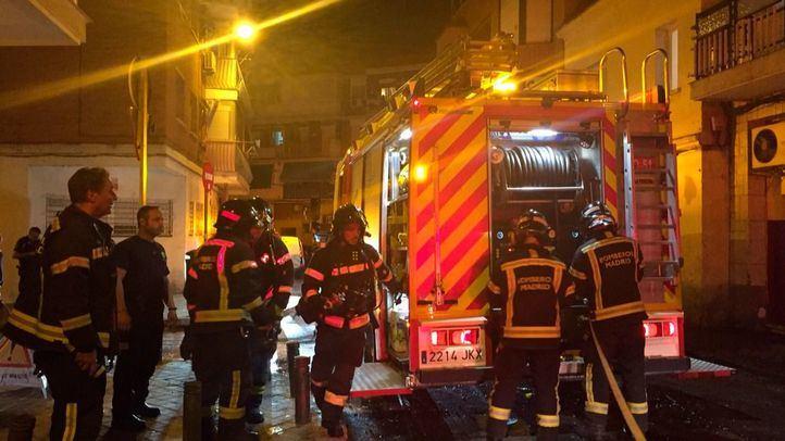 Los bomberos han logrado sofocar las llamas, que se han extendido por la fachada del edificio