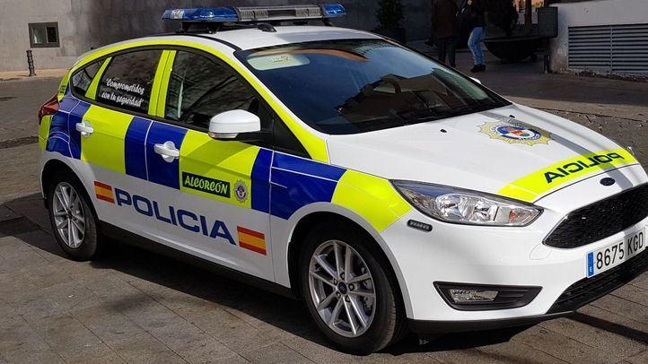 Vecinos de San José de Valderas llamaron a la Policía al percatarse de la presencia de un menor que golpeaba las ventanillas desde el interior de un coche