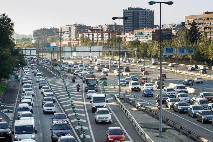 Gran acumulación de tráfico rodado de coches turismos en la carretera de circunvalación M30. (Foto archivo).