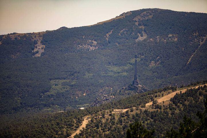 Un fuego con cinco focos rodea el Valle de los Caídos