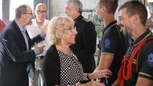 Carmena saluda a los bomberos que participan en los actos de la Paloma.