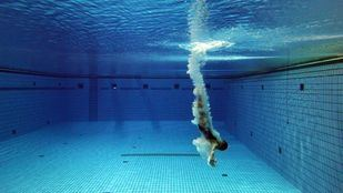 Entrada en el agua de una atleta después de un salto de trampolín en la M-86.
