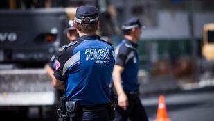 Dos policías, embestidos por unos atracadores en su huida