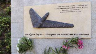 Placa conmemorativa en memoria de las víctimas del vuelo JK5022 de Spanair