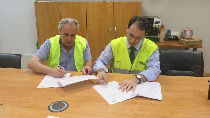 Responsables de ALSA y del Colegio de Huérfanos Ferroviarios durante la firma del convenio.