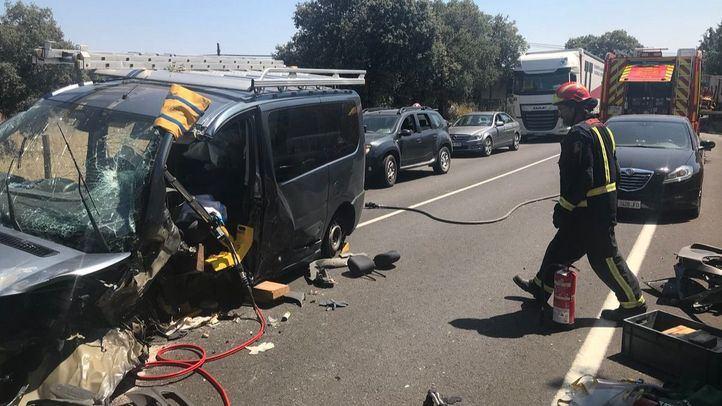Tres dotaciones de bomberos se han acercado al lugar del accidente.