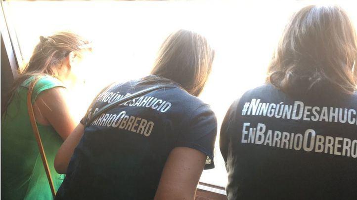 La ONU son los vecinos: paralizado el desahucio de una familia en Vicálvaro