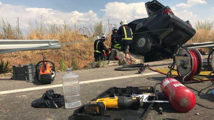 Un hombre fallece al quedar atrapado en su coche tras chocar contra otro en una rotonda.