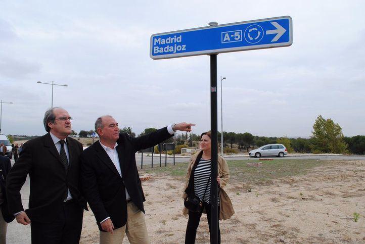 El alcalde de Navalcarnero, José Luis Adell, muestra al portavoz socialista Ángel Gabilondo el enlace a la A-5 en una visita en 2017.
