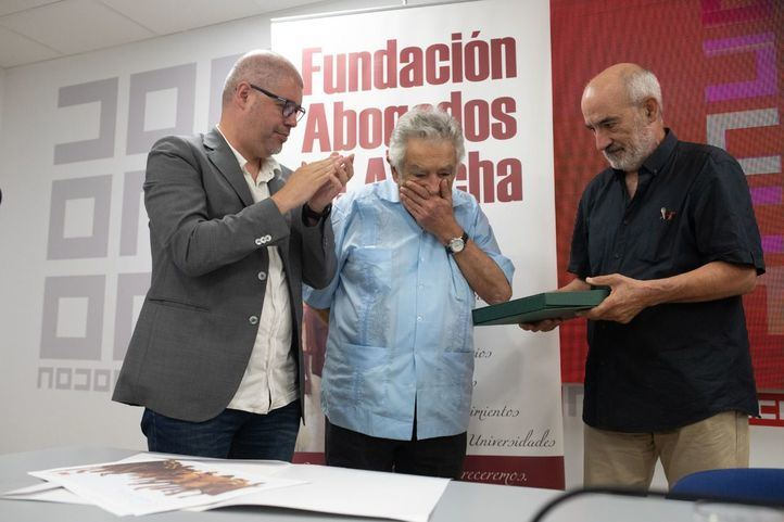 El secretario general de CCOO, Unai Sordo, junto al presidente de la Fundación Abogados de Atocha, Alejandro Ruiz-Huerta, han entregado en premio Abogados de Atocha al expresidente de Uruaguay, José Mújica.