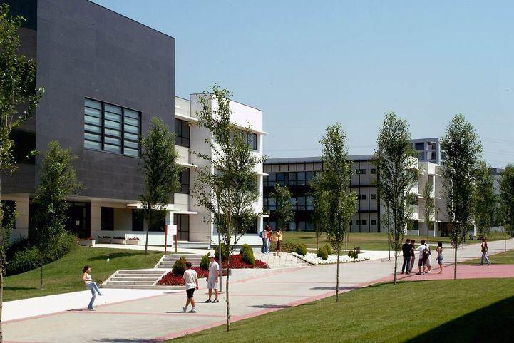 Varios estudiantes pasean por el campus de la Universidad Rey Juan Carlos en Móstoles.
