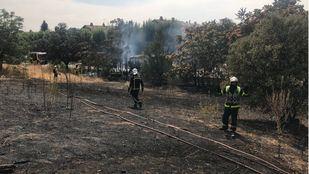 Los bomberos extinguen el incendio de un autobús en Villanueva de la Cañada.