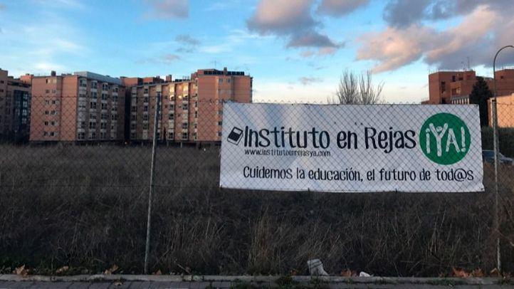 Una pancarta reclama la construcción del instituto en el barrio de Rejas.