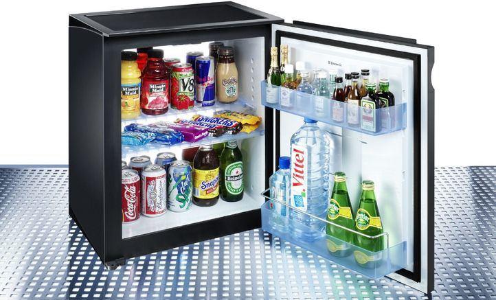 Uno de cada tres españoles bebe las botellas de alcohol del minibar y las rellena con agua o zumo