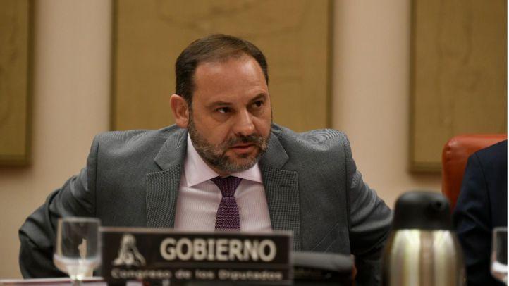 Ábalos insiste en pasar las competencias de las VTC