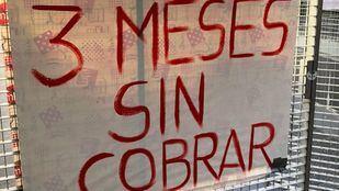 Pancartas colocadas por los empleados del centro del distrito de Salamanca.