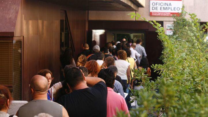 Gente esperando a las puertas de una oficina del Inem.