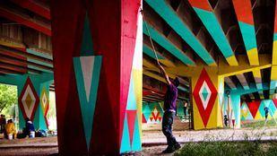 Intervención artística de Boa Mistura en el puente de San Cristobal
