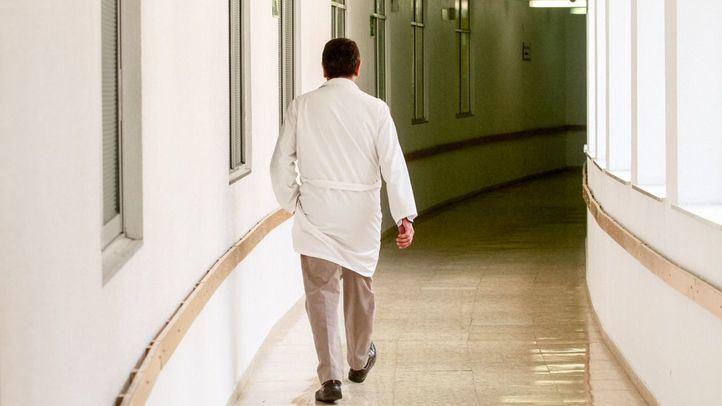 Un médico del Hospital 12 de Octubre pasea por uno de sus pasillos.