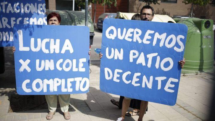 Padres y madres de alumnos de Getafe han recibido a Rafael Van Grieken con pancartas y abucheos