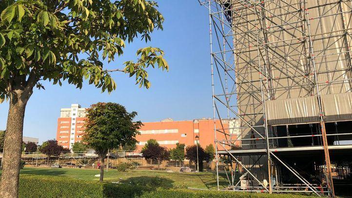 Labores de montaje de los escenarios y servicios del festival Amanecer Bailando en el parque Prado Ovejero de Móstoles