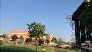 Labores de montaje de los escenarios y servicios del festival Amanecer Bailando en el parque Prado Ovejero de Móstoles.
