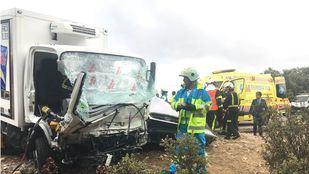 Camión involucrado en el choque contra un turismo en Valdemorillo.