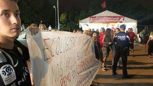 Imagen de las protestas contra Arce en el inicio de las fiestas de Arganzuela.