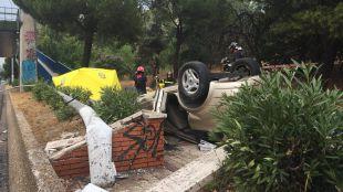 En estado crítico tras volcar y quedar atrapado en el vehículo