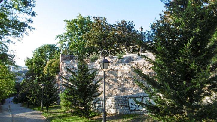 Todavía hoy podemos ver un fragmento de esta cerca en la Ronda de Segovia, casi en las inmediaciones de la Puerta de Toledo