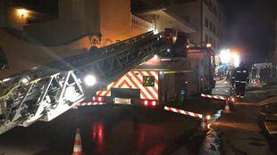 Los bomberos sofocan el incendio en la cubierta superior de una nave industrial en Mejorada del Campo