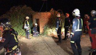 Los bomberos en el pozo donde ha sido localizado el hombre.