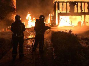 Un virulento incendio calcina un chalet en Valdemorillo